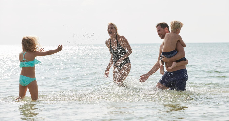 Familien am fkk strand