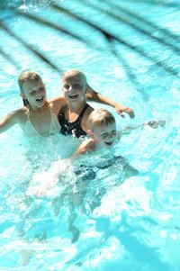 Kinder im dänischen Schwimmbad