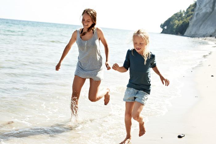 Mädchen am fkk strand
