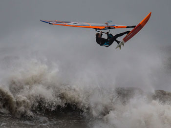 Spektakuläre Stunts beim Cold Hawaii PWA World Cup