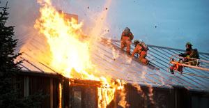 Feuerwehr auf einem brennenden Haus