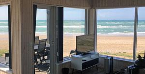Ausblick vom Wohnzimmer auf den Strand